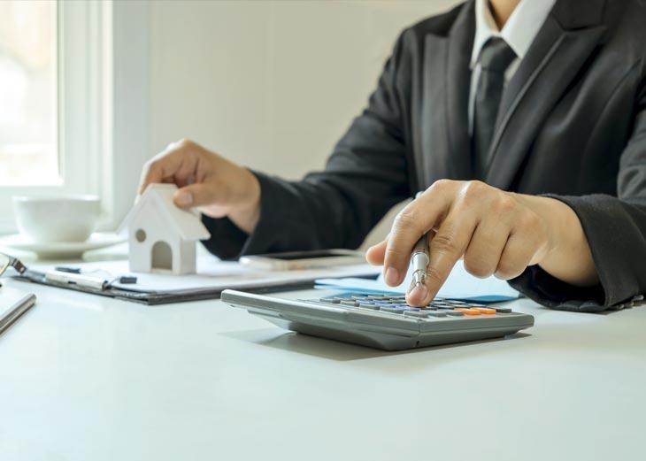 Persona calculando precios alquiler