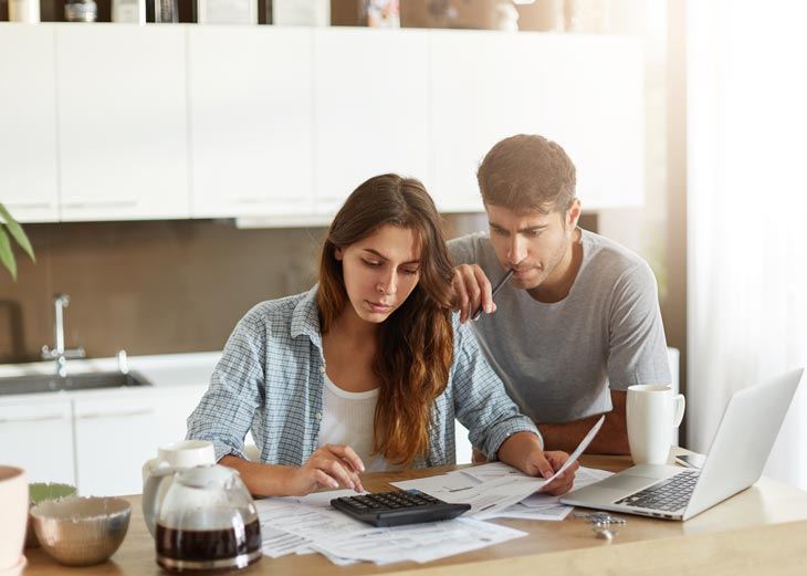 Pareja calculando precios hogar