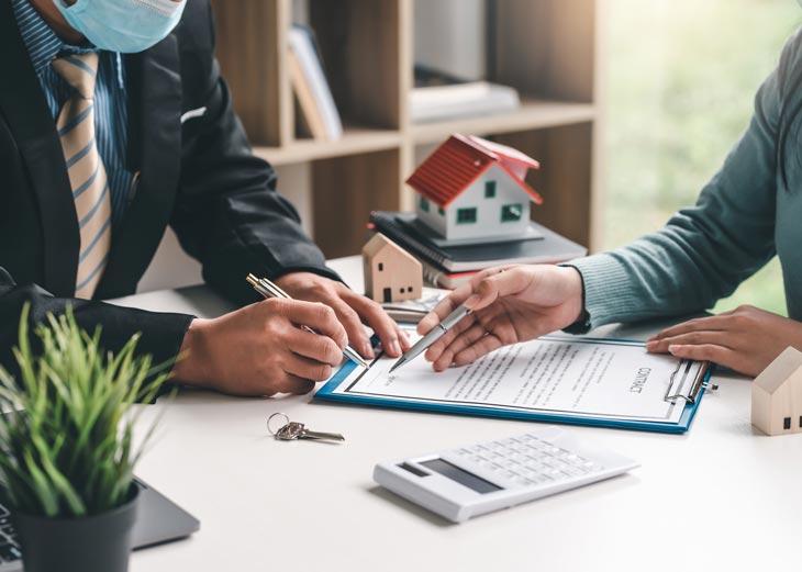 Personas firmando un contrato de alquiler