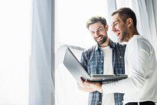 dos-hombre-negocios-feliz-trabajando-computadora-portatil_23-2147839880
